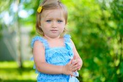 Leuk meisje in kleding bij park stock fotografie
