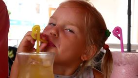 Leuk meisje in koffie met milkshakecocktail stock video
