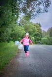 Leuk meisje met ballons stock fotografie