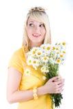 Leuk meisje met camomilles Royalty-vrije Stock Afbeeldingen