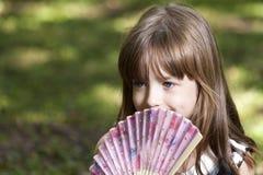 Leuk meisje met Chinese document ventilator voor het koelen stock foto's