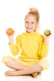 Leuk meisje met een appel en een kiwi Royalty-vrije Stock Afbeelding