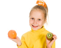 Leuk meisje met een appel en kiwi in zijn hand Royalty-vrije Stock Afbeelding