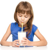Leuk meisje met een glas melk stock foto's