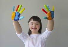 Leuk meisje met geschilderde handen Stock Foto