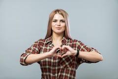 Leuk meisje met hart royalty-vrije stock afbeelding