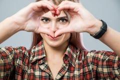 Leuk meisje met hart royalty-vrije stock fotografie