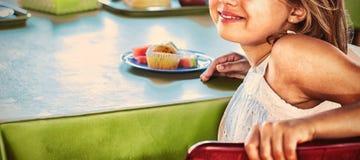 Leuk meisje met klasgenoten die maaltijd hebben royalty-vrije stock foto's
