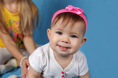 Leuk meisje met roze bizzard Royalty-vrije Stock Foto's