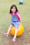 Leuk meisje met roze en blauwe kleren Stock Afbeelding