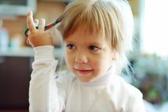 Leuk meisje met schaar stock fotografie