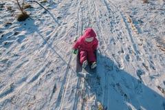 Leuk meisje met schotelsleeën in openlucht op de winterdag stock foto's