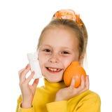 Leuk meisje met sinaasappel en fles Stock Foto's