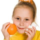 Leuk meisje met sinaasappel en fles Royalty-vrije Stock Afbeeldingen