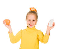 Leuk meisje met sinaasappel en fles Royalty-vrije Stock Foto