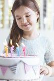 Leuk meisje met verjaardagscake stock afbeeldingen