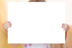 Leuk meisje met witte flipcharts Royalty-vrije Stock Foto's