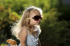 Leuk meisje met zonnebril in openlucht Stock Afbeelding