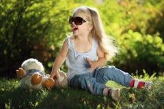 Leuk meisje met zonnebril in openlucht Stock Foto