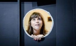 Leuk meisje op cirkel ontworpen venster Stock Foto