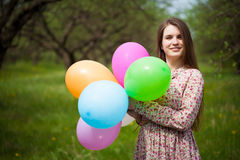 Leuk meisje op de groene de lenteweide stock afbeelding