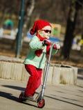 Leuk meisje op de speelplaats in de lentepark Royalty-vrije Stock Foto's