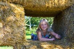Leuk meisje op haybales Royalty-vrije Stock Afbeelding