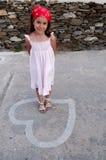Leuk meisje op liefdehart stock afbeelding
