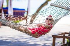 Leuk meisje op tropische vakantie die binnen ontspannen Royalty-vrije Stock Foto's
