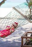 Leuk meisje op tropische vakantie die binnen ontspannen Stock Afbeeldingen