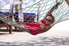Leuk meisje op tropische vakantie die binnen ontspannen Royalty-vrije Stock Afbeelding
