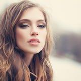Leuk meisje in openlucht in park Perfect vrouwelijk gezicht royalty-vrije stock foto's
