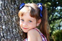 Leuk meisje in platteland Stock Afbeelding