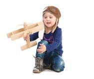 Leuk meisje in proefhoed met houten vliegtuig Royalty-vrije Stock Fotografie