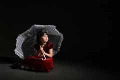 Leuk meisje in rode kleding met witte parasol Stock Afbeeldingen