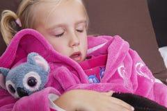 Leuk meisje in roze jasjeslaap met teddybeer Stock Afbeelding