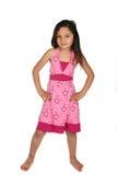 Leuk meisje in roze kleding met handen op haar heupen stock afbeelding