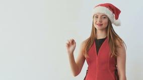 Leuk meisje in santa` s hoed het tellen aan vijf op hand bij witte achtergrond stock footage
