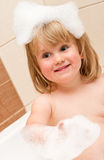Leuk meisje in schuimbad Royalty-vrije Stock Afbeeldingen