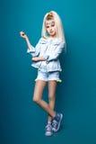 Leuk meisje tiener met lang blond de aardportret van de haar stellend studio Stock Afbeeldingen