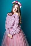 Leuk meisje tiener met lang de aardportret van de haar stellend studio Stock Foto