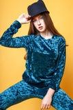 Leuk meisje tiener met lang de aardportret van de haar stellend studio Royalty-vrije Stock Foto's