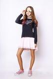 Leuk meisje tiener met lang de aardportret van de haar stellend studio Royalty-vrije Stock Fotografie