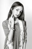 Leuk meisje tiener met lang de aardportret van de haar stellend studio Rebecca 36 Stock Foto's