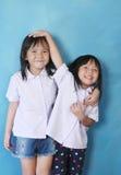Leuk meisje twee in wit overhemd Stock Foto's