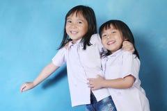 Leuk meisje twee in wit overhemd Royalty-vrije Stock Afbeelding