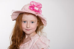 Leuk meisje van zes jaar in een hoed Stock Afbeelding