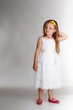 Leuk meisje in witte kledingsglazen Stock Foto's