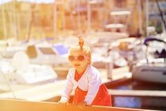 Leuk meisjeportret in de haven stock afbeelding