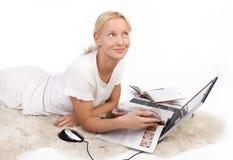 Leuk meisjeslezing tijdschrift en het dromen Stock Foto
